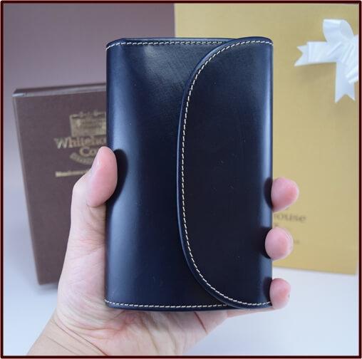 ホワイトハウスコックスのS7660三つ折り財布を手に持った写真