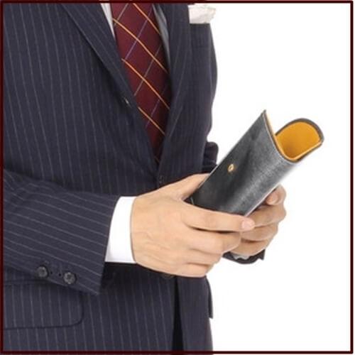 ホワイトハウスコックスの財布とスーツの写真